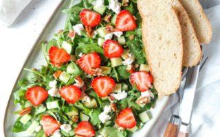Zomerse salade met aardbeien