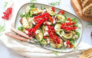 Salade van gegrilde groenten en rode bes